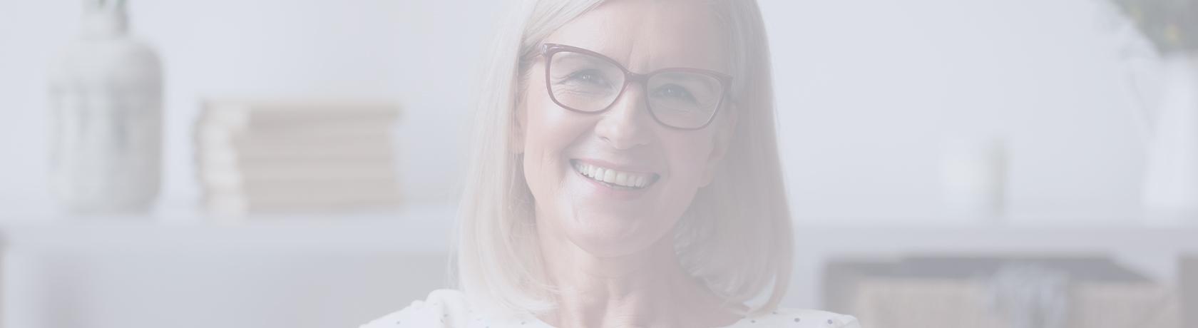 Frau die sehr glücklich wirkt und uns Blickkontakt schenkt