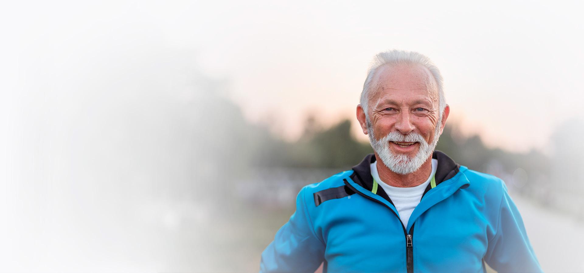 Älterer, fröhlicher und sportlicher Mann nach seinem Training